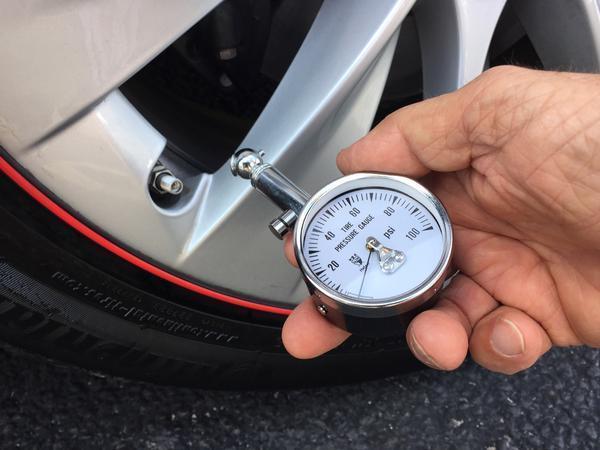 Как да проверявате налягането на въздуха в гумите